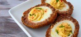 Huevos rellenos rebozados